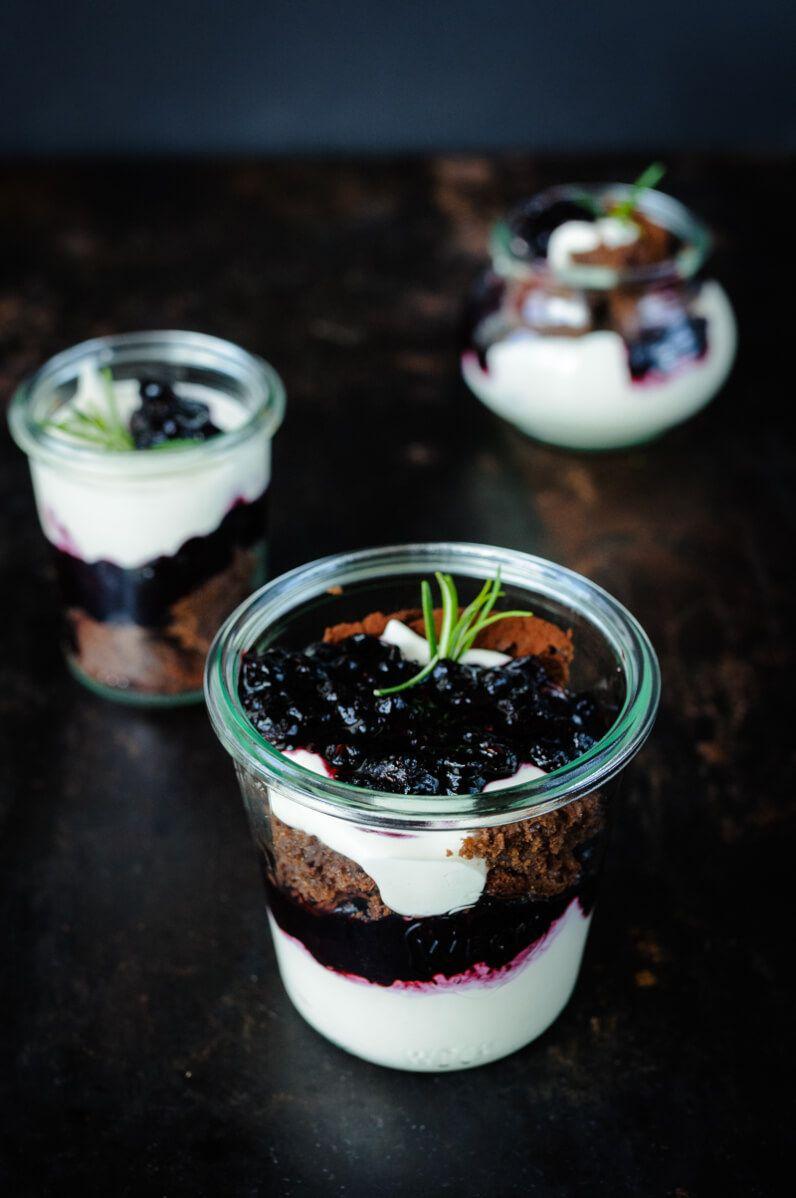 brownie blaubeer rosmarin dessert im glas trifle