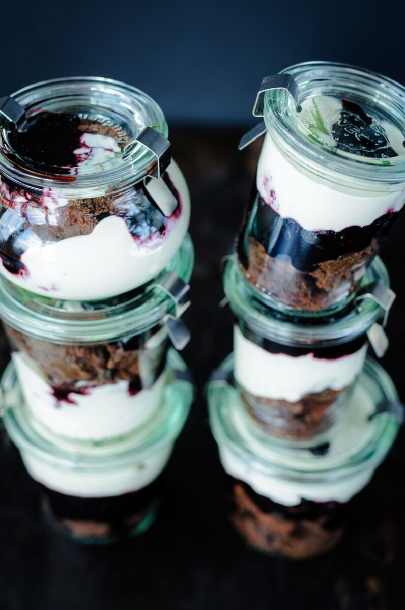 brownie blaubeer rosmarin trifle