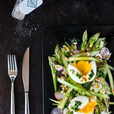 grüner spargel salat ei radieschen