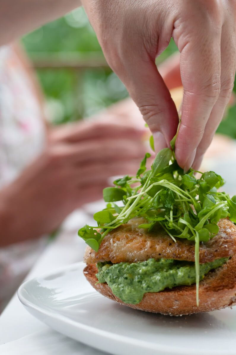 fischburger mit rotbarsch grüner sauce kresse