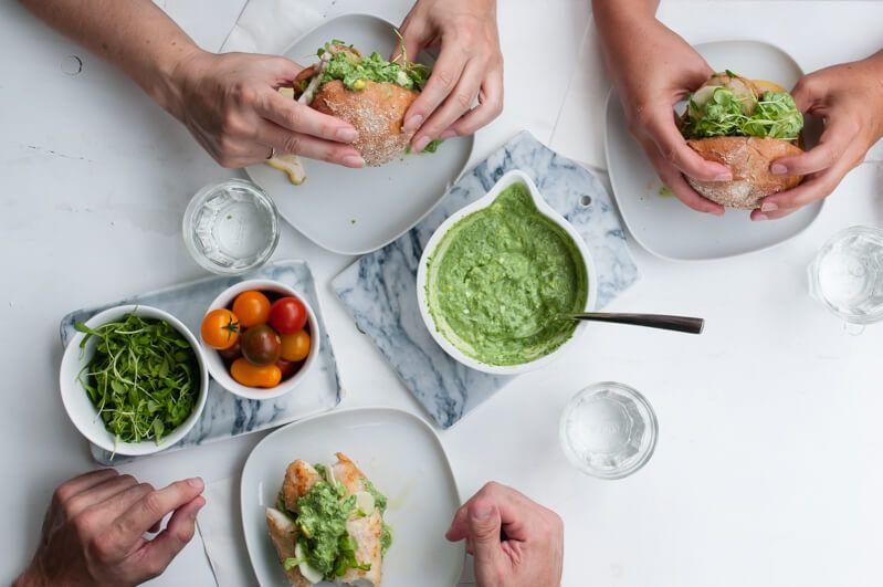 fischburger mit rotbarsch, grüner sauce und kresse