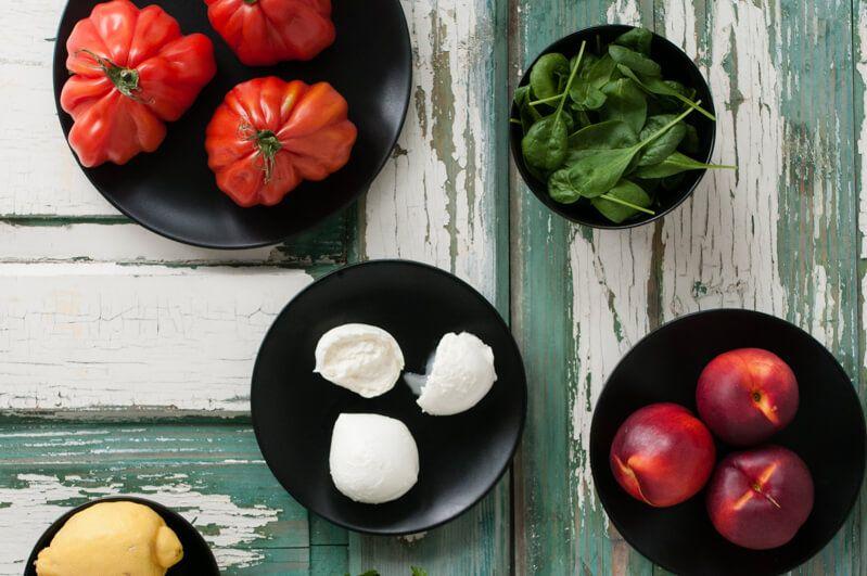 spinatsalat mit ochsenherztomate, gegrillter nektarine, büffelmozzarella und petersilien-zitronen-vinaigrette