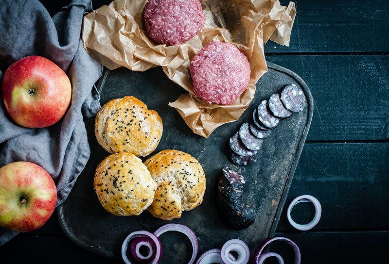 tricky-dish-wish: burger mit gebratenem thymian-apfel, blutwurstchips, red onion rings und einer apfel-dijonsenf-aioli