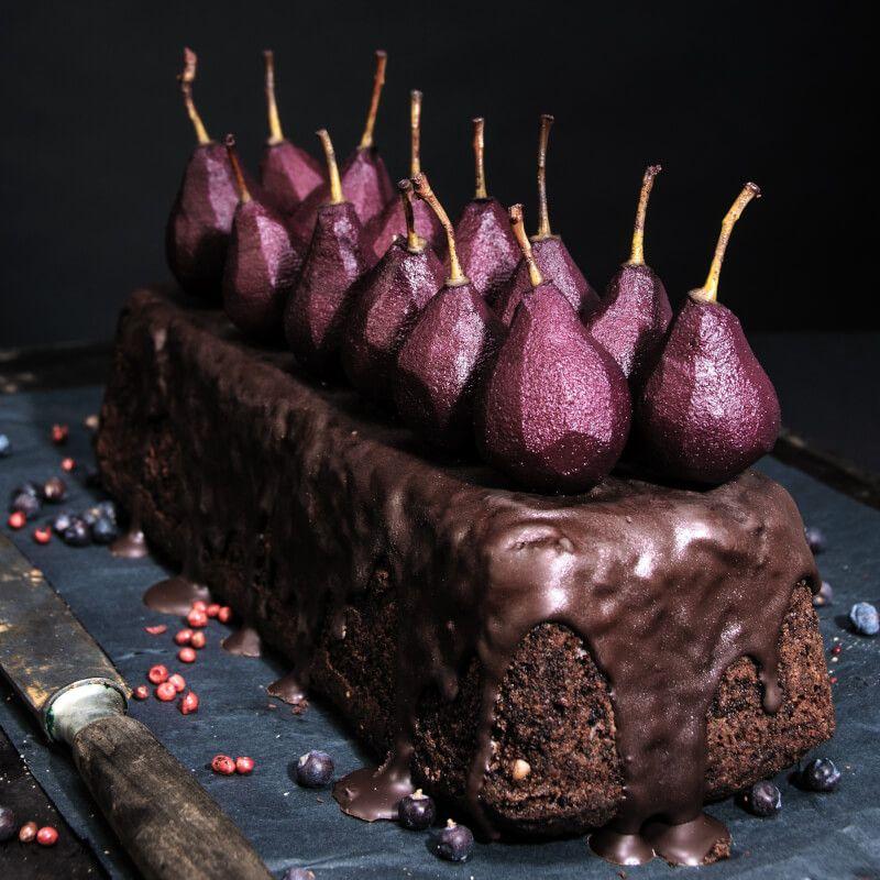 gewürznusskuchen und tonka-mandel-clafoutis mit pochierten rotweinbirnen
