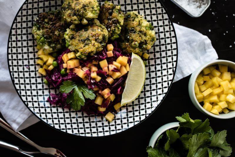 erbsen hirse bratling rotkraut mango salat vegan trickytine