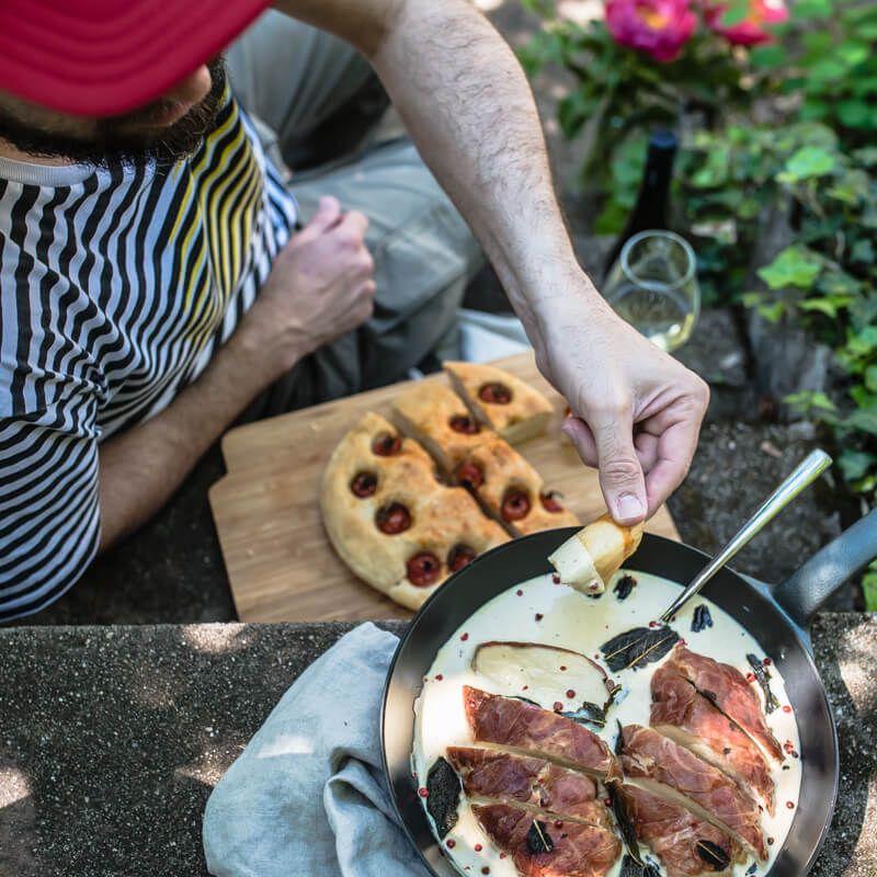 maispoularden saltimbocca mit frittiertem salbei und dinkel focaccia mit rispentomaten