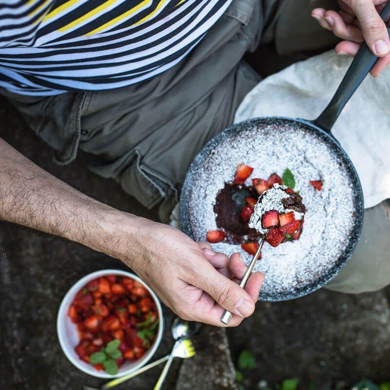 tonkabrownie in der pfanne gebacken, mit erdbeer-minz-salat