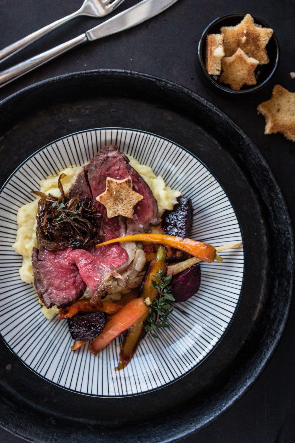 Rezept für zartrosa Roastbeef mit Knoblauch und Rosmarin, ganz einfach im Ofen gegart