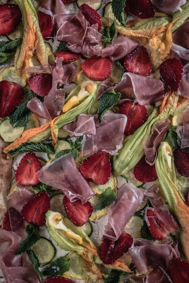 5 Erdbeer-Rezepte, Flammkuchen mit Erdbeeren und Zucchini