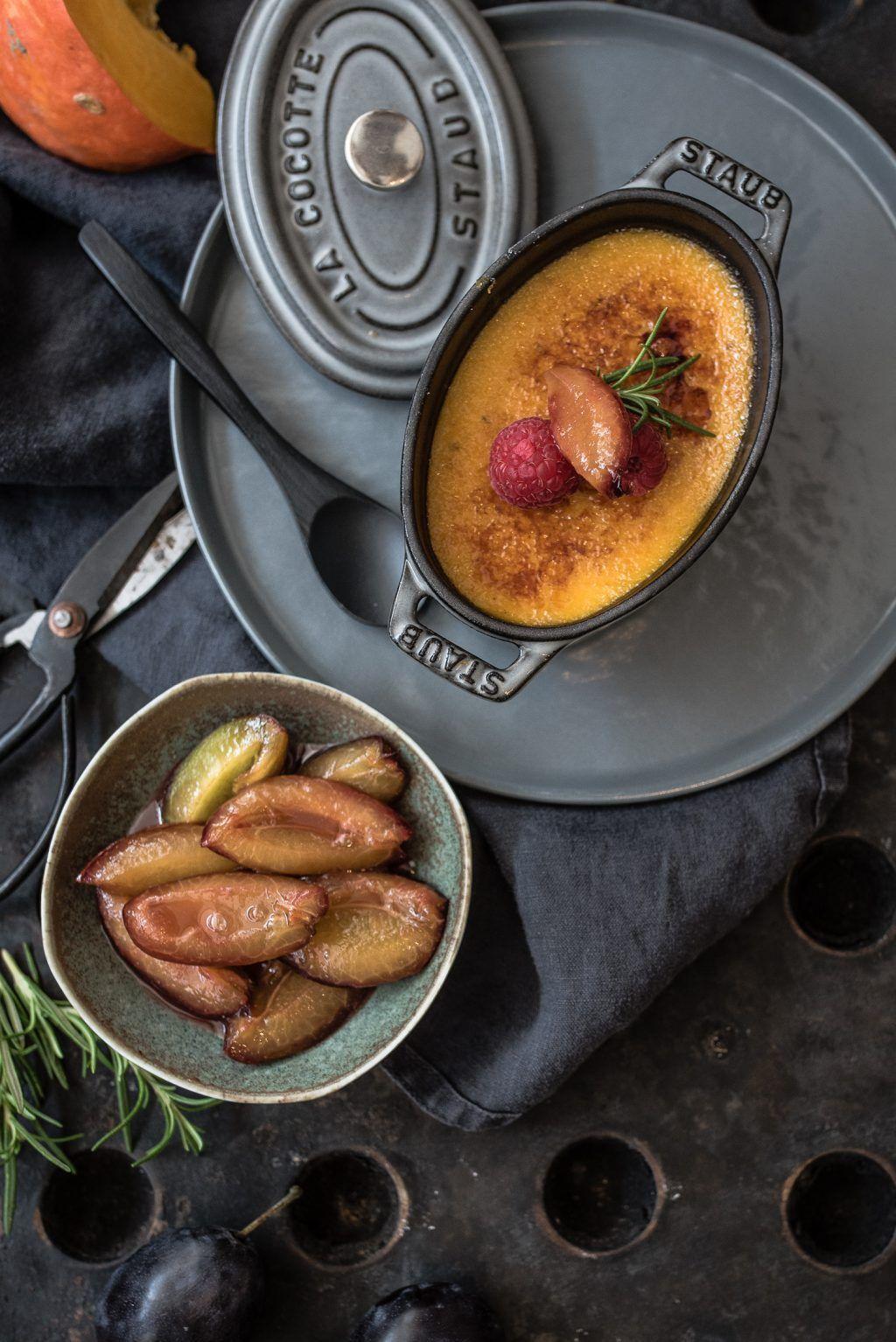 hokkaido crème brûlée mit tonkabohne & zwetschgenragout mit gin und rosmarin