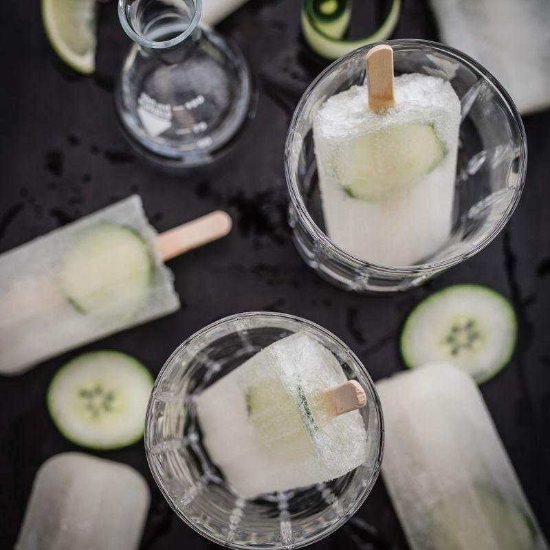 beschwipstes gurkeneis am stiel mit gin, tonic und basilikum