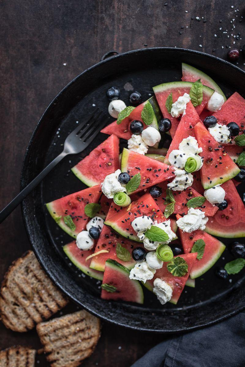wassermelonensalat mit labneh, gurke, minze und orientalischem dressing