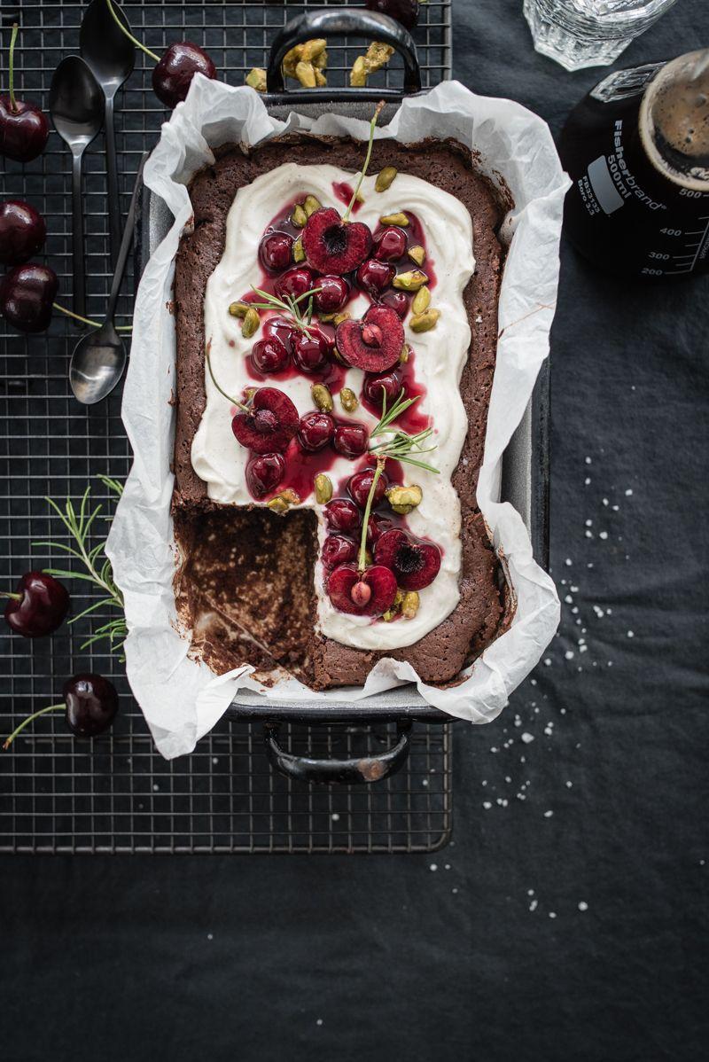black forest brownie mit rosmarin-portwein-kirschen, vanillecrème und gesalzenem pistazienkrokant