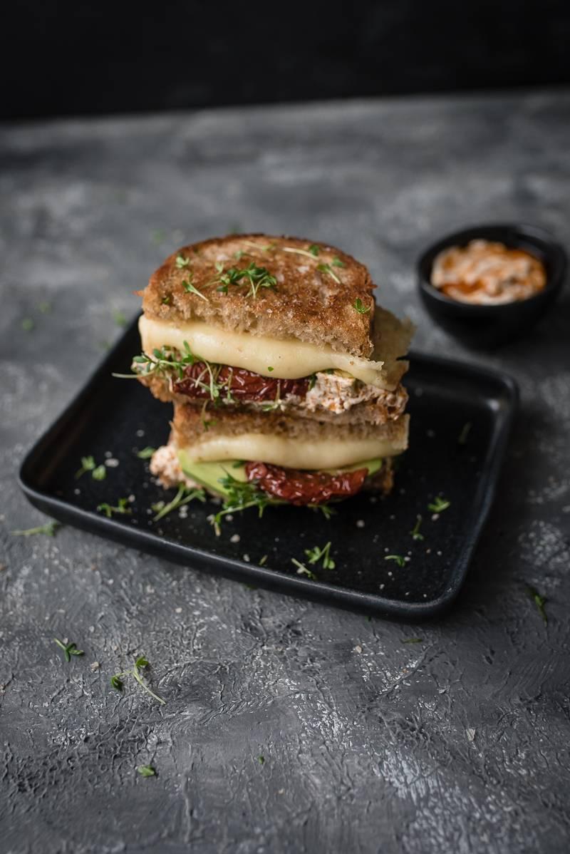 Grilled Cheese Sandwich mit Avocado und Pesto Rosso Frischkäse