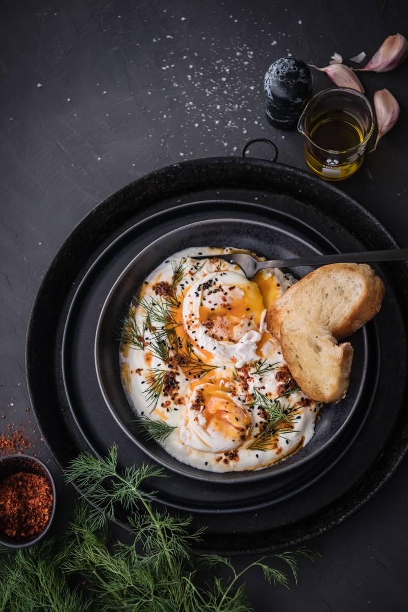 Cilbir - das Trendfrühstück aus der Türkei mit pochierten Eiern, Knoblauchjoghurt, Paprikabutter und Dill