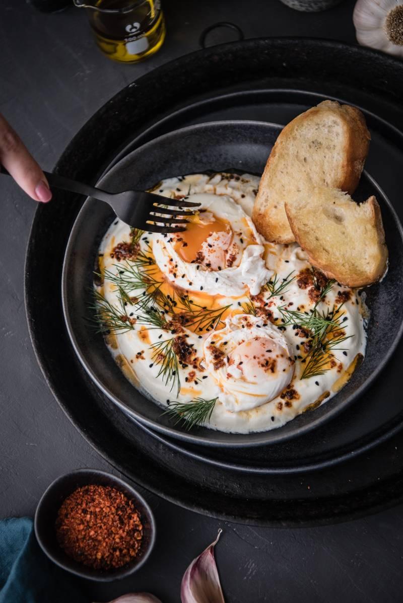 Cilbir – das Trendfrühstück aus der Türkei mit pochierten Eiern, Knoblauchjoghurt, Paprikabutter und Dill
