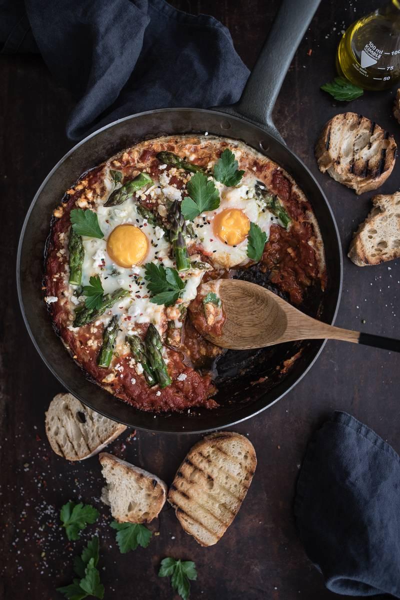 Shakshuka Spring Edition – leckere Eier aus dem Ofen in würziger Tomatensauce mit grünem Spargel