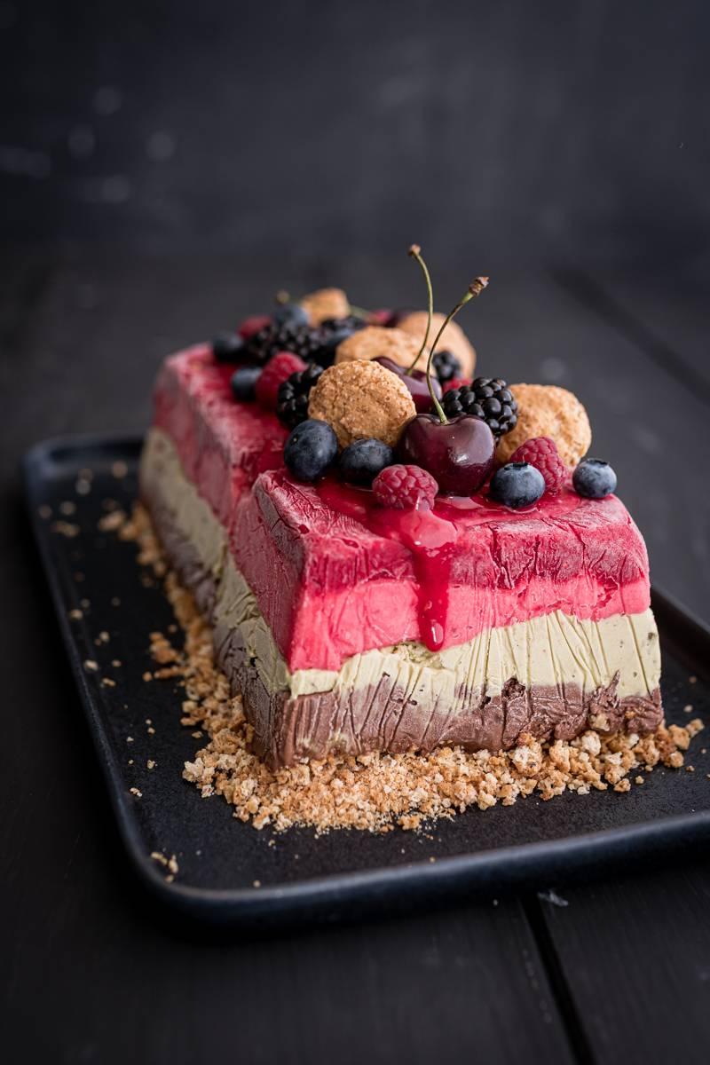 Schnelle Ombre Eistorte mit Früchten und Amarettini Crunch