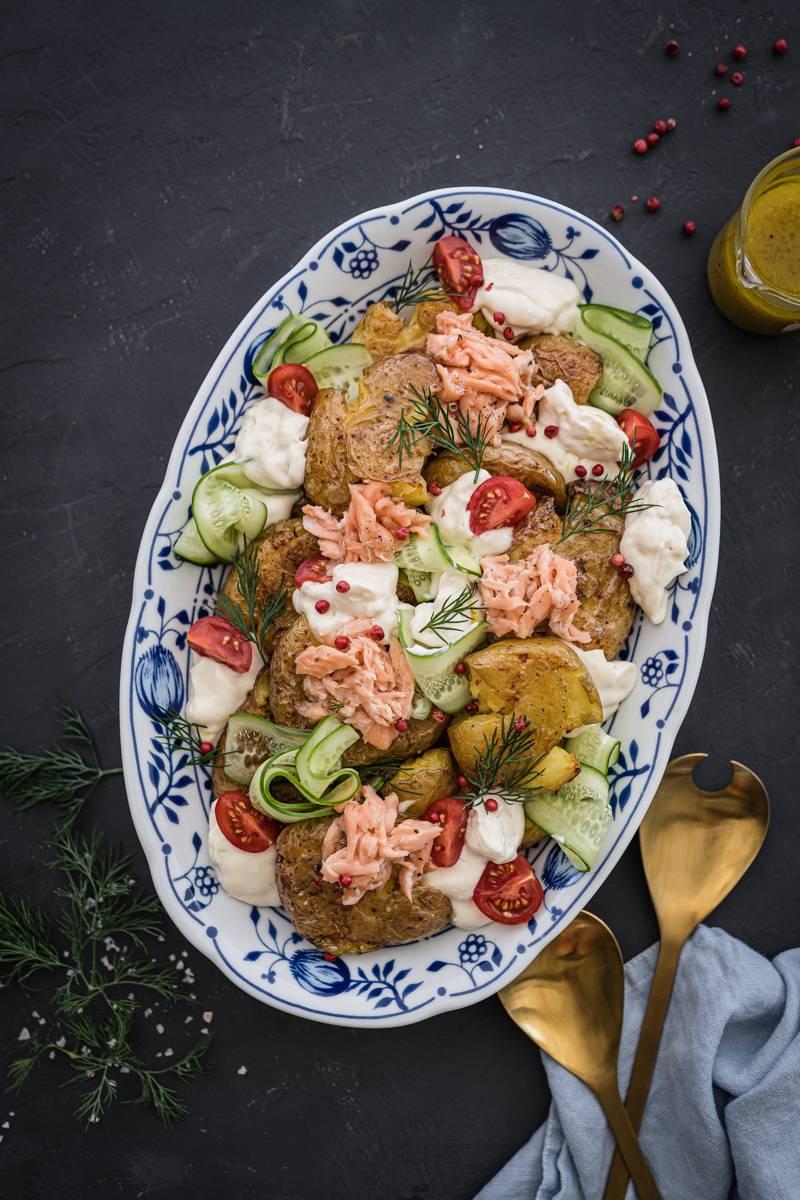 Smashed Potatoes Salad – Ofenkartoffel-Salat mit Salatcreme und Pulled Lachs