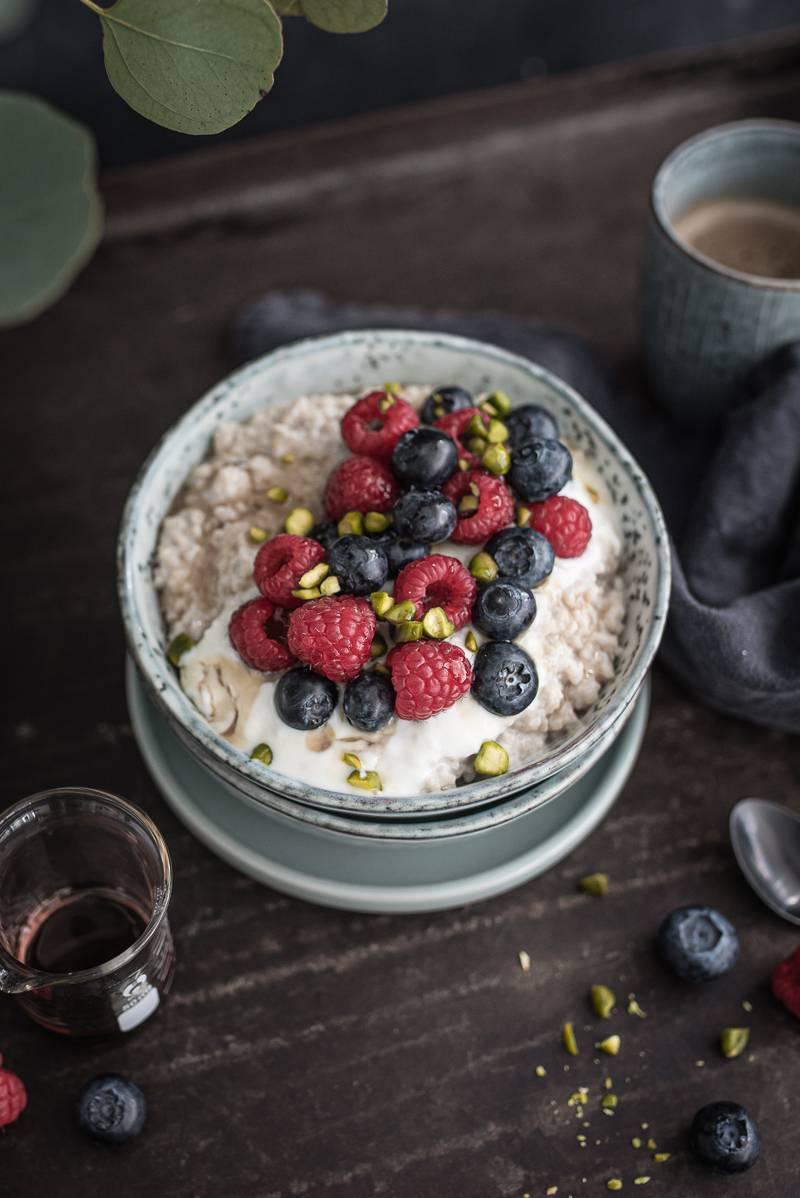 Rezept für Couscous Porridge mit Joghurt, Zimt und Beeren