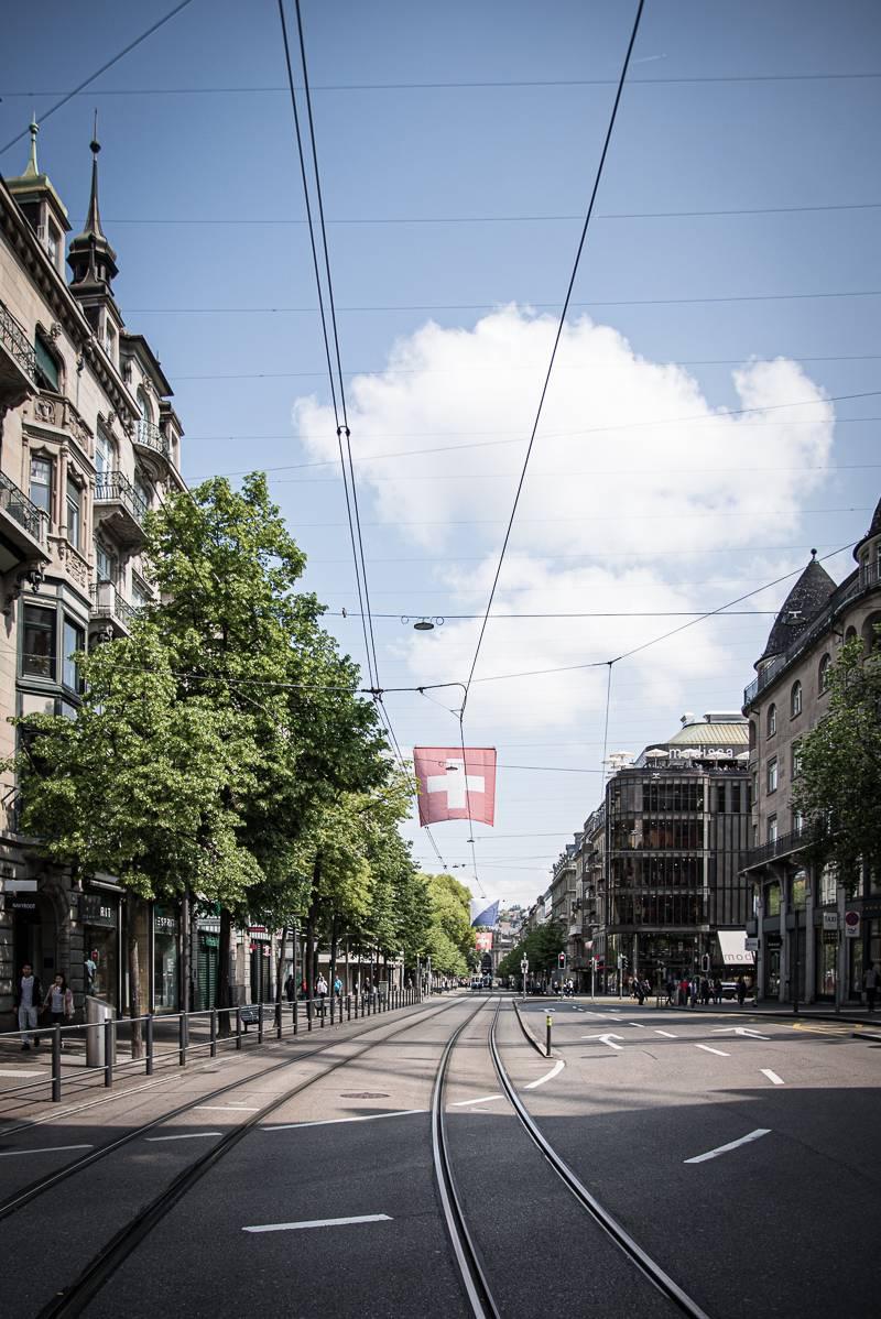 Zürich Tipps Sommer trickytine instagrammable Flagge Straße