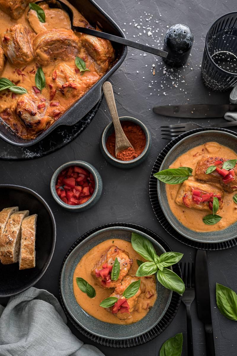 Schweinemedaillons im Speckmantel mit Paprika-Gin-Rahmsauce - easy und lecker im Ofen gratiniert