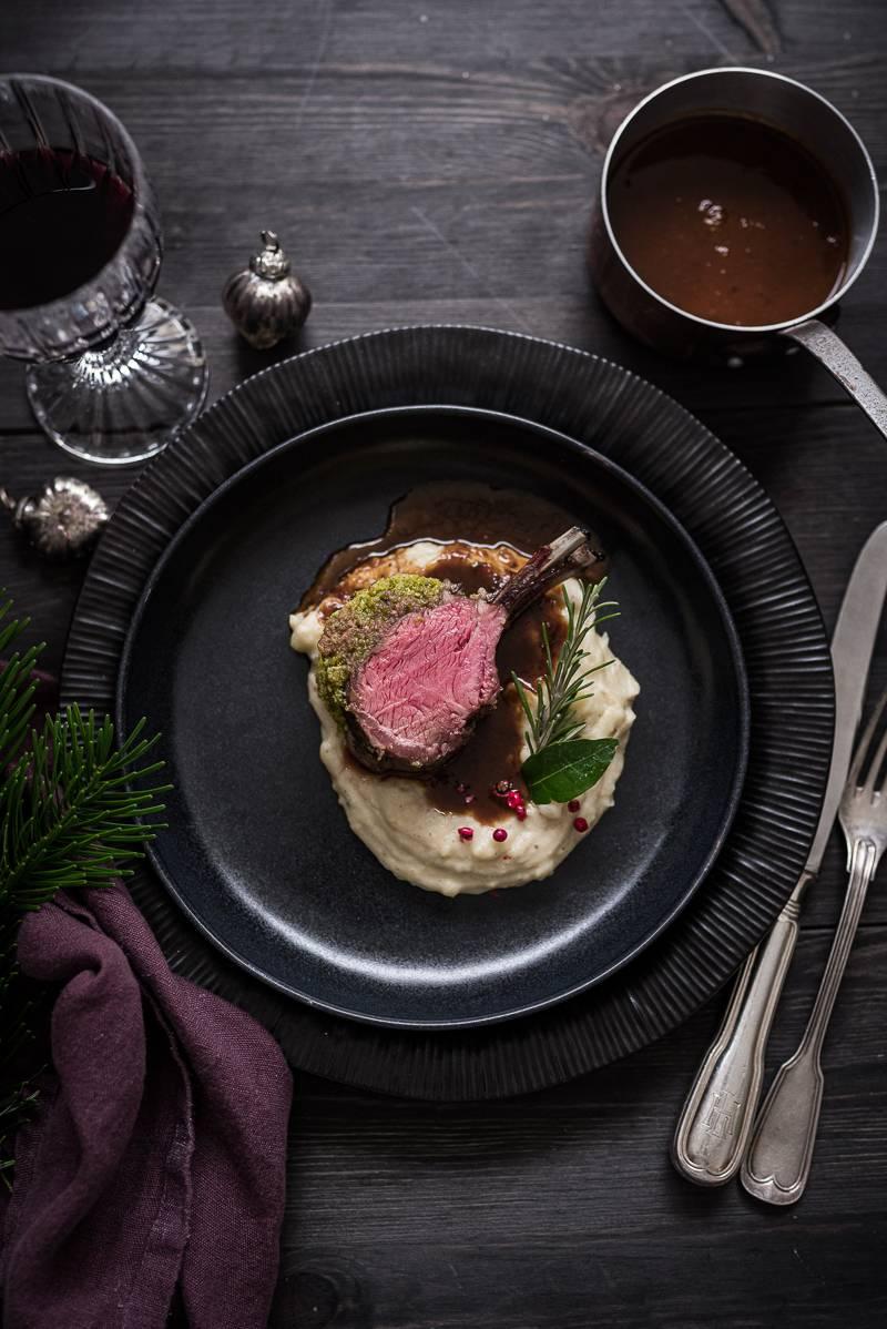 Lammkarree mit Rosmarin-Pistazien-Kruste, Portwein Jus, getrüffeltem Kartoffel-Maronenstampf - trickytine