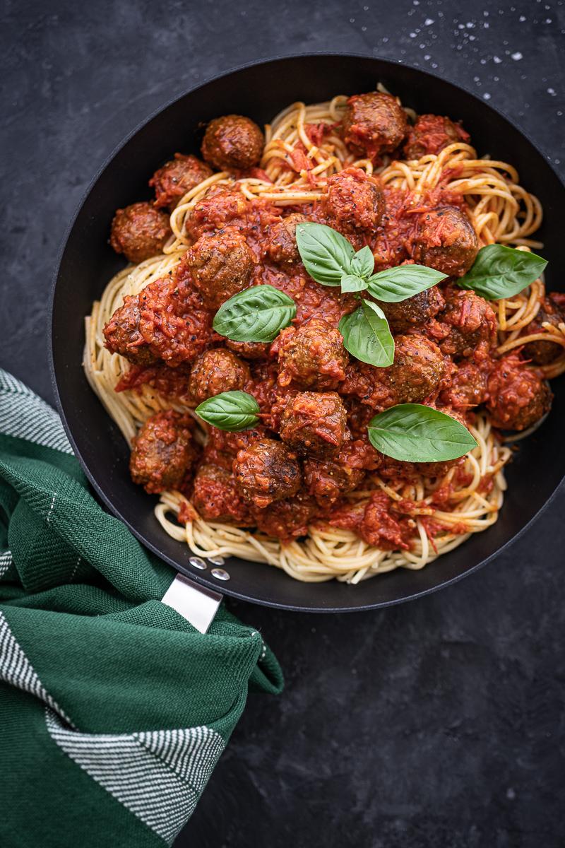 Spaghetti mit Plantbullar und Tomatensoße – vegane Pasta, super easy in 30 Minuten gekocht!