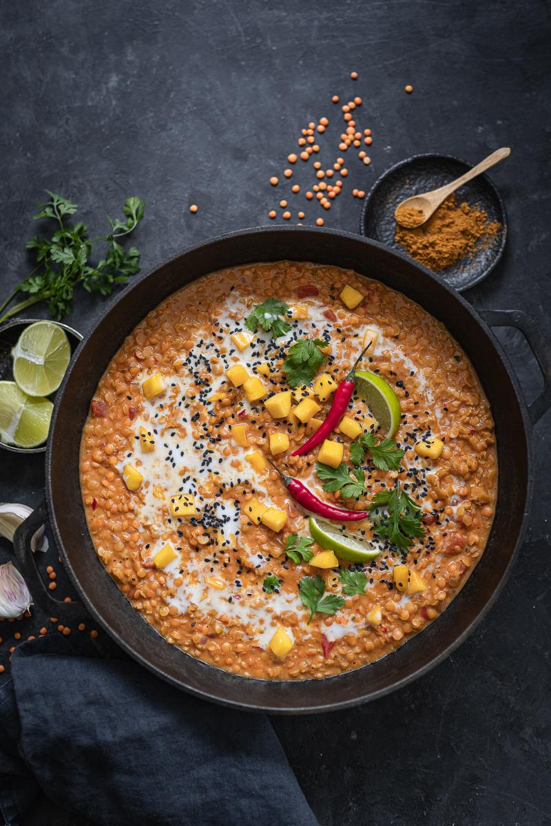 Leckeres Linsen-Curry mit Mango und Kokosmilch - cremig, vegan, fruchtig, tolles 30 Minuten Rezept! - trickytine