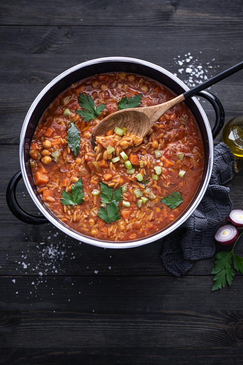 Fantastischer Kichererbsen Eintopf mit Süßkartoffeln & Orzo Nudeln - veganes 30 Minuten Rezept, optional mit Chorizo-Topping - trickytine