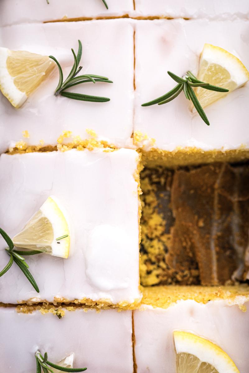 Saftiger Zitronen-Polenta-Kuchen mit Rosmarin - ganz einfach in der Auflaufform gebacken, mein Lieblingsrezept! - trickytine