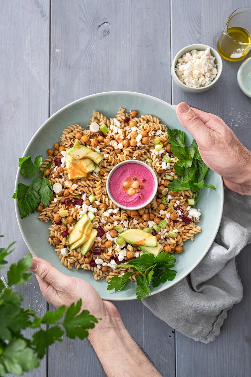 Vollkorn-Nudel-Bowl Rezept mit crispy Kichererbsen, rote Bete Hummus und würzigem Harissa Dressing - trickytine