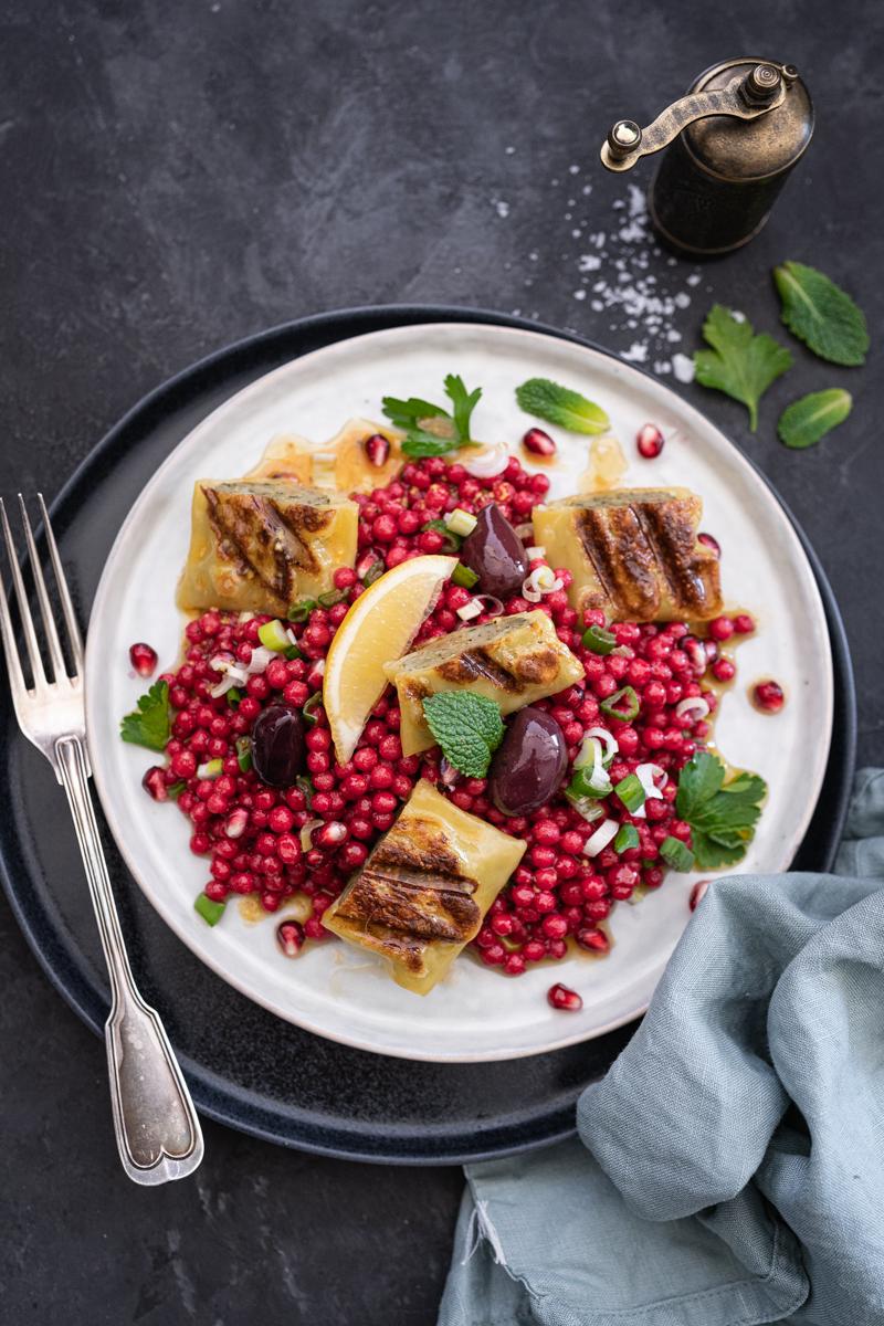 Pink Perl-Couscous Salat mit gebratenen Maultaschen & Minz-Zitronen-Dressing - ein mega 30 Minuten Rezept! - trickytine