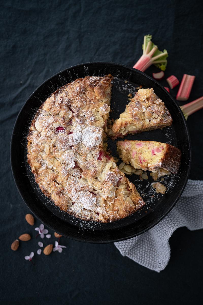 Saftiger Rhabarber-Mandel-Kuchen mit Joghurt, Tonkabohne & Mandelknusper-Decke - ganz einfaches Backrezept! - trickytine