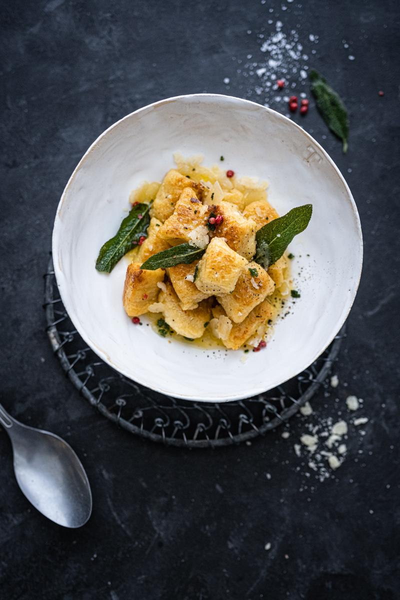 Rezept für crispy Ricotta-Gnocchi mit Salbei Nussbutter - schnell & easy in 30 Minuten gekocht! - trickytine