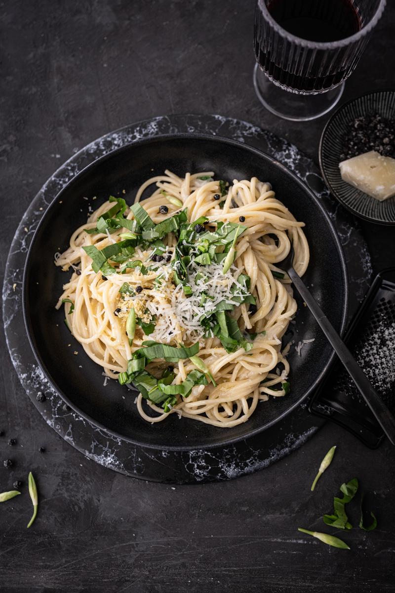 Rezept für Spaghetti Cacio e Pepe mit Bärlauch & fermentierten Pfeffer - schnell & easy in unter 30 Minuten gekocht! - trickytine